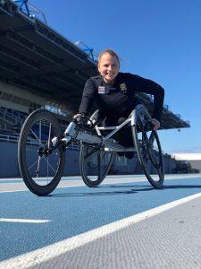 Ratakelaaja Amanda Kotaja istuu kelaustuolissaan urheilustadionin radalla.
