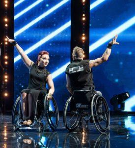Hanna Ihantola ja Kalle Andersson tanssivat Talent-ohjelman lavalla pyörätuoleissaan.