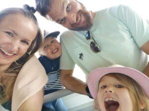 Anne ja Janne Isokääntä sekä lapset Iisak ja Ellinoora hymyilevät selfiessä.