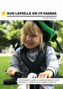 Vaaleahiuksinen tyttö hymyilee. Hänellä on päässään pyöräilykypärä vähän kallellaan ja yllään valjaat, joiden avulla hän on kiinnitetty erikoisvalmisteiseen polkupyörään.